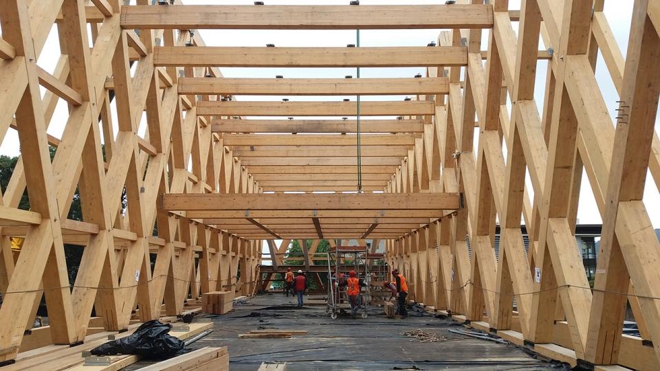 Montaje estructura de madera laminada edificio pabell n araucania asap soluciones integrales - Estructura madera laminada ...